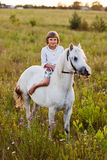 Niña que monta un caballo imagen de archivo libre de regalías