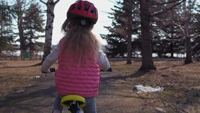 Niña que monta un parque viejo del bikein almacen de video