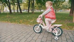 Niña que monta una bici metrajes