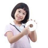 Niña que muestra el CD Foto de archivo libre de regalías