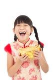 niña que muestra el oro por Año Nuevo chino Imagen de archivo libre de regalías