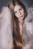 Niña que presenta como un modelo de moda Fotografía de archivo