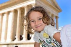 Niña que presenta delante de un templo romano Fotografía de archivo