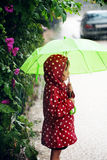 Niña que recorre en la lluvia Imagen de archivo