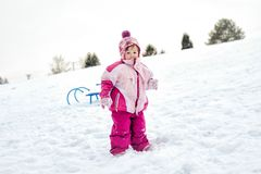 Niña que se coloca en nieve imagen de archivo libre de regalías