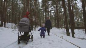 Niña que se divierte así como madre y abuela el día de invierno metrajes