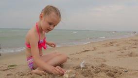Niña que se divierte en la playa almacen de metraje de vídeo