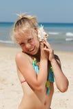 Niña que se divierte en una playa Imagen de archivo