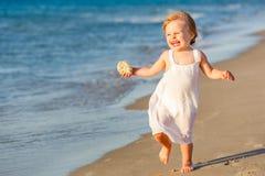 Niña que se ejecuta en la playa Fotos de archivo libres de regalías
