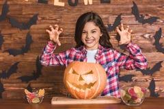 Niña que se prepara para Halloween Fotografía de archivo