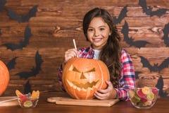 Niña que se prepara para Halloween Foto de archivo