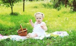 Niña que se sienta en la hierba Foto de archivo