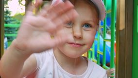 Niña que sonríe en el patio de los niños almacen de video