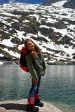 Niña que sonríe en las montañas de Hight Imagen de archivo