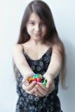 Niña que sostiene el caramelo en las manos foto de archivo