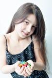 Niña que sostiene el caramelo en las manos fotos de archivo