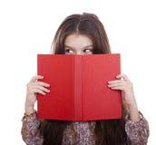 Niña que sostiene el libro rojo Imagenes de archivo