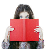 Niña que sostiene el libro rojo Foto de archivo
