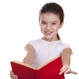 Niña que sostiene el libro rojo Fotos de archivo libres de regalías