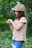 Niña que sostiene el pequeño pollo Foto de archivo libre de regalías