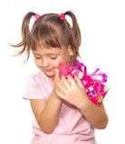 Niña que sostiene la caja de regalo rosada Foto de archivo libre de regalías
