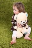 Niña que sostiene un oso del peluche Foto de archivo libre de regalías