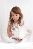 Niña que sostiene un seashell exótico foto de archivo libre de regalías