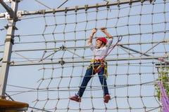 Niña que sube en un curso al aire libre de las cuerdas Fotografía de archivo