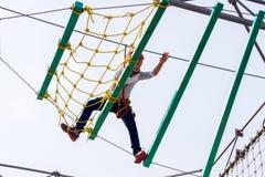 Niña que sube en un curso al aire libre de las cuerdas Imagen de archivo libre de regalías