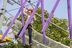 Niña que sube en un curso al aire libre de las cuerdas Imagen de archivo