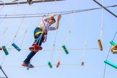 Niña que sube en un curso al aire libre de las cuerdas Foto de archivo libre de regalías