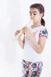 Niña que toca la flauta foto de archivo libre de regalías