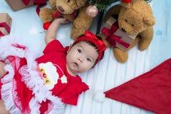niña recién nacida con el adornamiento del árbol de navidad Imagen de archivo