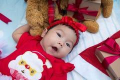 niña recién nacida con el adornamiento del árbol de navidad Fotos de archivo