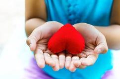 Niña roja de la mano del corazón Imagen de archivo libre de regalías