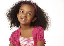 Niña sonriente adorable con el pelo rizado Fotos de archivo