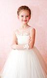 Niña sonriente adorable en el vestido blanco de la princesa Imágenes de archivo libres de regalías
