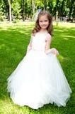 Niña sonriente adorable en vestido de la princesa Imagen de archivo