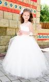Niña sonriente adorable en vestido de la princesa Fotos de archivo