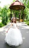 Niña sonriente adorable en vestido de la princesa Foto de archivo