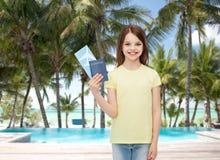 Niña sonriente con el boleto y el pasaporte Imagen de archivo