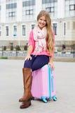 Niña sonriente con el bolso rosado del viaje Fotografía de archivo libre de regalías
