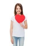 Niña sonriente con el corazón rojo Imagen de archivo