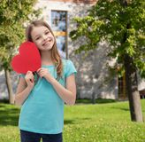 Niña sonriente con el corazón rojo Foto de archivo libre de regalías
