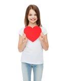 Niña sonriente con el corazón rojo Fotografía de archivo libre de regalías