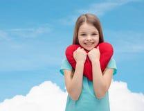 Niña sonriente con el corazón rojo Fotos de archivo libres de regalías