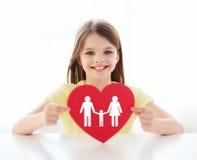 Niña sonriente con el corazón y la familia rojos Imagenes de archivo