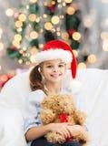 Niña sonriente con el oso de peluche Imágenes de archivo libres de regalías