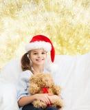 Niña sonriente con el oso de peluche Foto de archivo libre de regalías