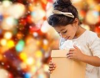 Niña sonriente con el rectángulo de regalo Fotos de archivo